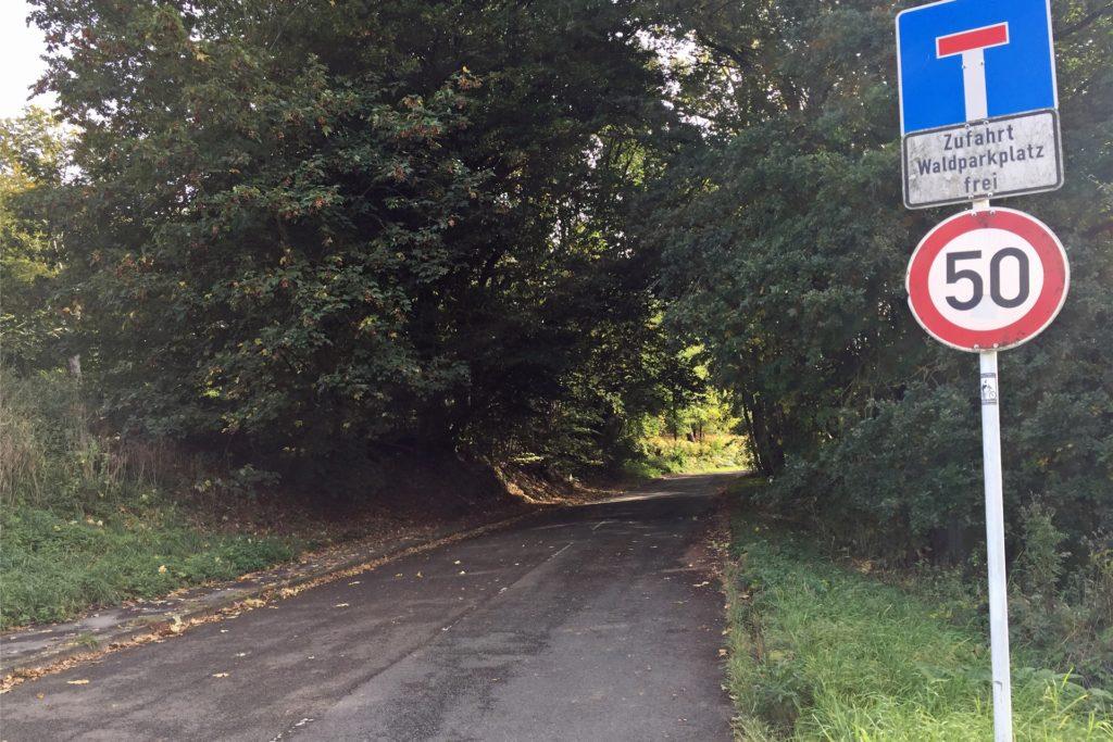 Die Straße Am Ellberg ist für Autofahrer eine Sackgasse - eigentlich. Die Zufahrt ist von beiden Seiten jeweils nur bis zum Parkplatz im Wald möglich.