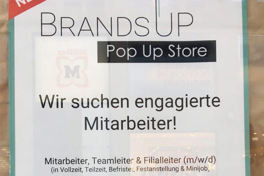 Mit Plakaten sucht der Mieter im früheren Esprit-Ladenlokal am Westenhellweg nach Mitarbeitern.