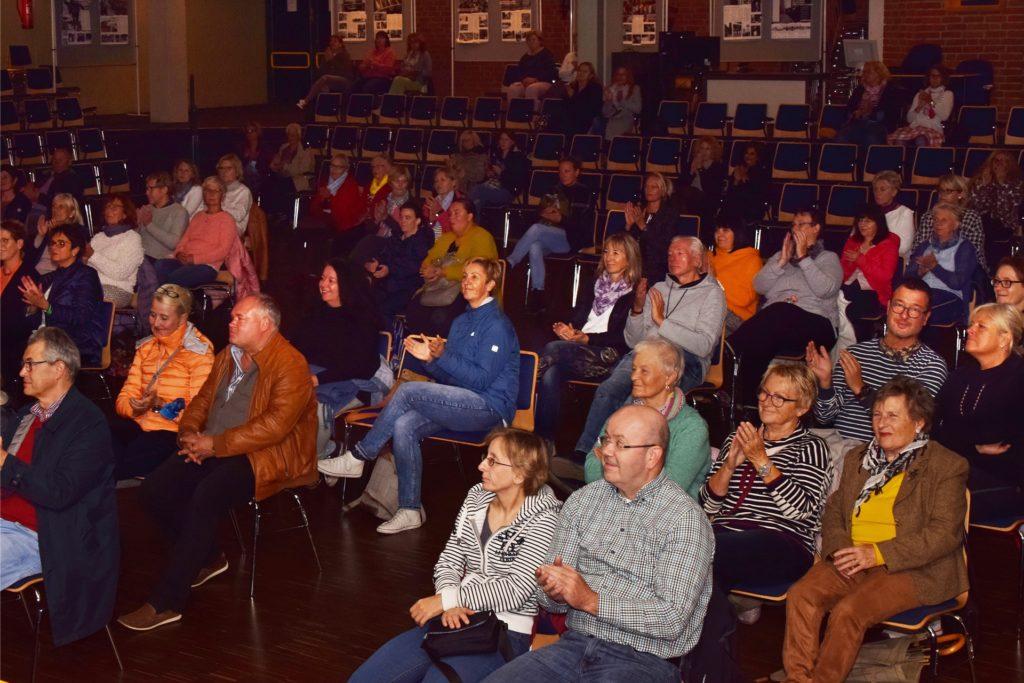 Gut 100 Zuhörer verfolgten begeistert die Lesung in der Aula des Schulzentrums.