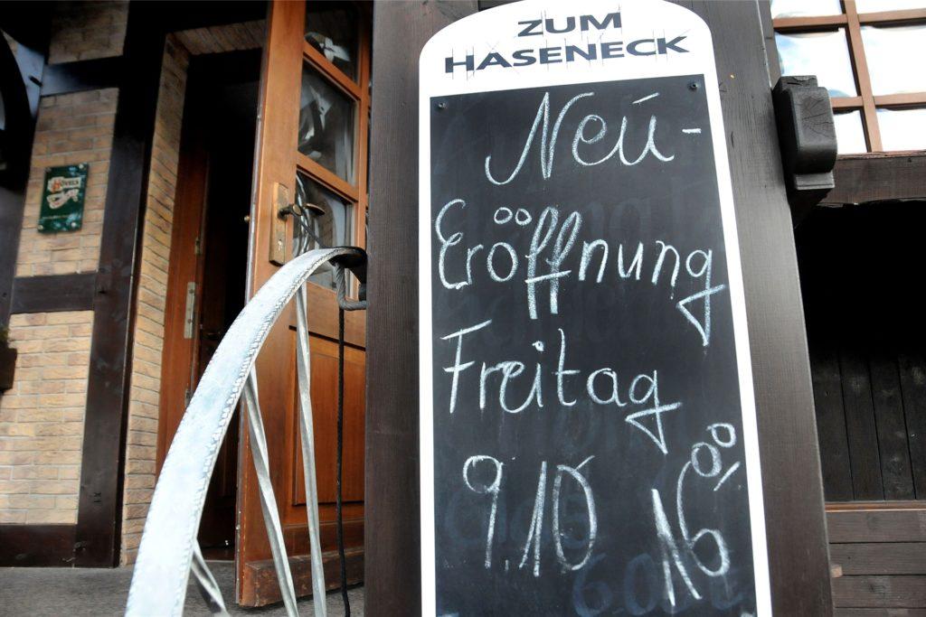 Dank des neuen Wirts Jens Fördes gehen die Lichter wieder an im Haseneck: Eine Tafel am Eingang kündigt die Wiedereröffnung für Freitag, 9. Oktober, an.
