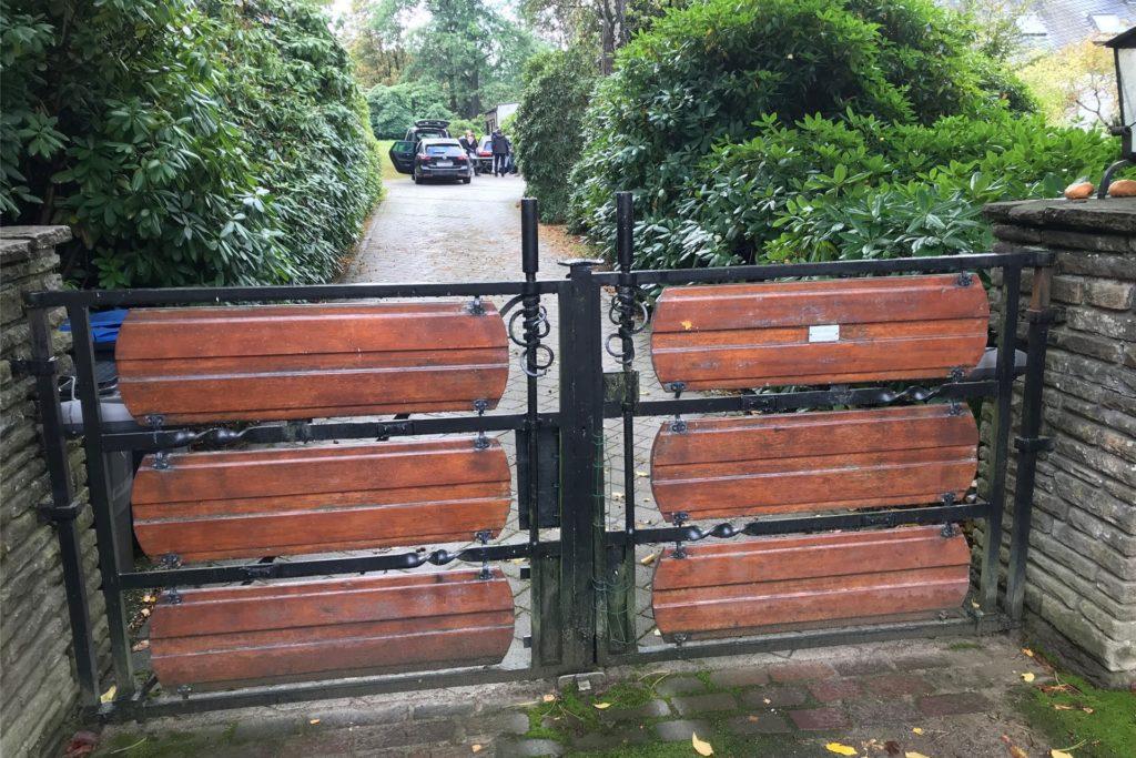 Das Tor zur Einfahrt ist verschlossen - dennoch ist das geschäftige Treiben der Hessischen Steuerfahnder am Haus von Reinhard Rauball zu erkenn