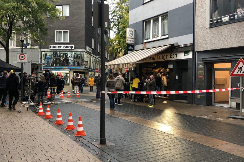 Teile der Straße vor der Kneipe Lütge-Eck waren für die Dreharbeiten abgesperrt.