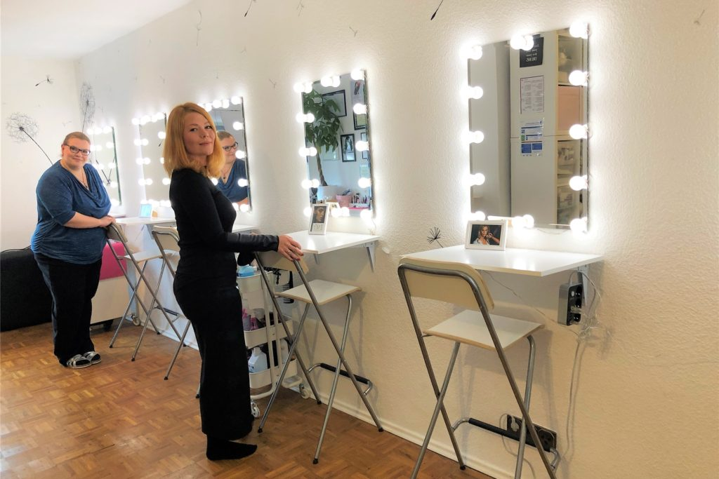 Das ehemalige Schlafzimmer im Wohnhaus von Mel Draeger wurde zur Make-up-Schule mit sechs Schminkplätzen umgebaut.