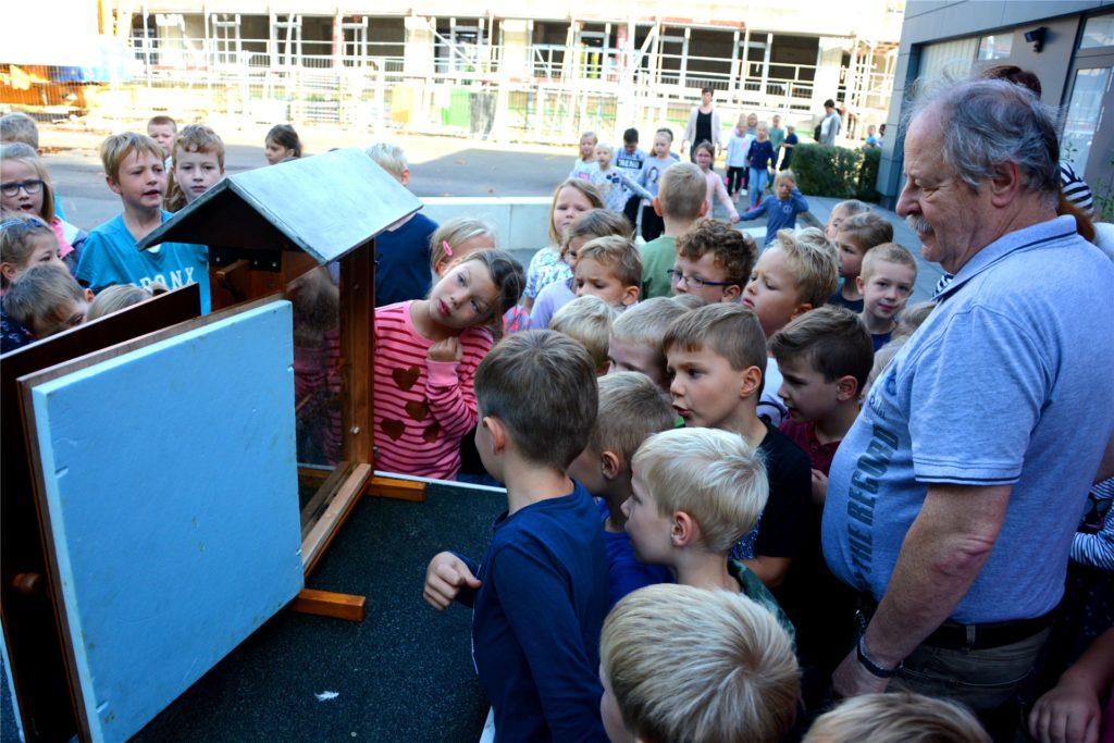 Imker Ottmar Roswora freut sich, wenn er Infos über Bienen, Natur und Umwelt an Kinder und Erwachsene weitergeben kann. Er war 2018 Mitgründer des nun ausgezeichneten Imkervereins.