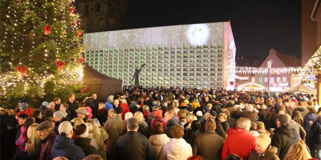 """Im Vorjahr strömten Tausende Besucher zur Aktion """"Ahaus leuchtet auf"""". Das soll beim diesjährigen Winterzauber unbedingt vermieden werden."""