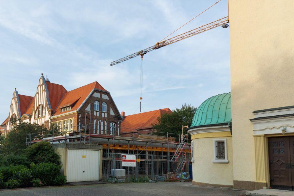 Auf dem Gelände der alten Vikarie, links neben dem Haupteingang der Herz-Jesu-Kirche wird das neue Pfarrheim gebaut.