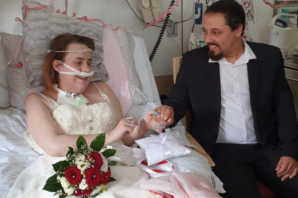 """Am 9. Juni 2019 sagten Nathalie und Julian Sänger im Krankenhaus """"Ja"""" zueinander. Eine Woche später zogen sie ins Heilig-Geist-Hospiz um."""