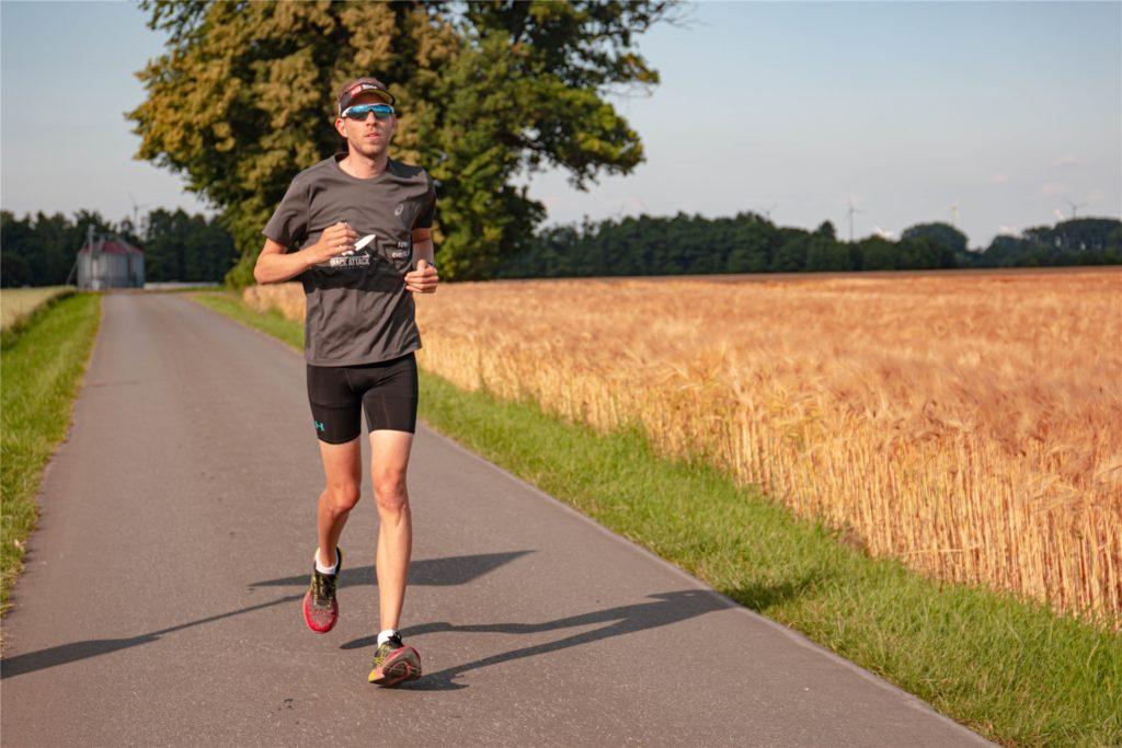 Für die letzte Disziplin, das Laufen, hat Sebastian Koke am Samstag in Bochum 2 Stunden, 39 Minuten und 35 Sekunden Zeit.