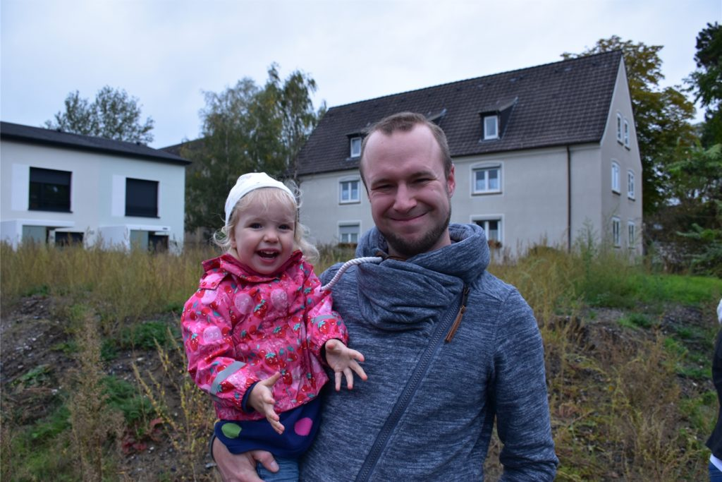 Sven Scholz und seine Tochter Lisa (2) vor der Fläche des neuen Spielplatzes in Alstedde.