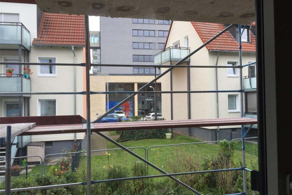 Blick vom Neubau in Richtung Karlsbader Straße.