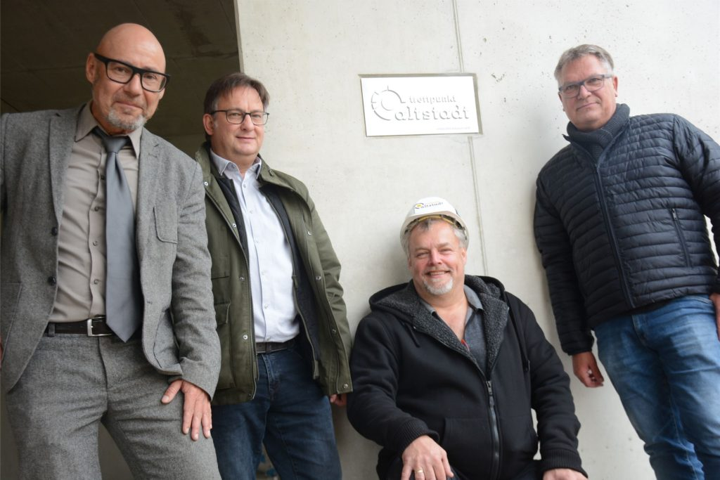 Enthüllten die Gedenktafel (v.l.) : Architekt Ralph Röwekamp, Jugendamtsleiter Stefan Breuer, Christian Joswig (Leiter Treffpunkt Altstadt) und Holger Lohse (Stadtbaurat)