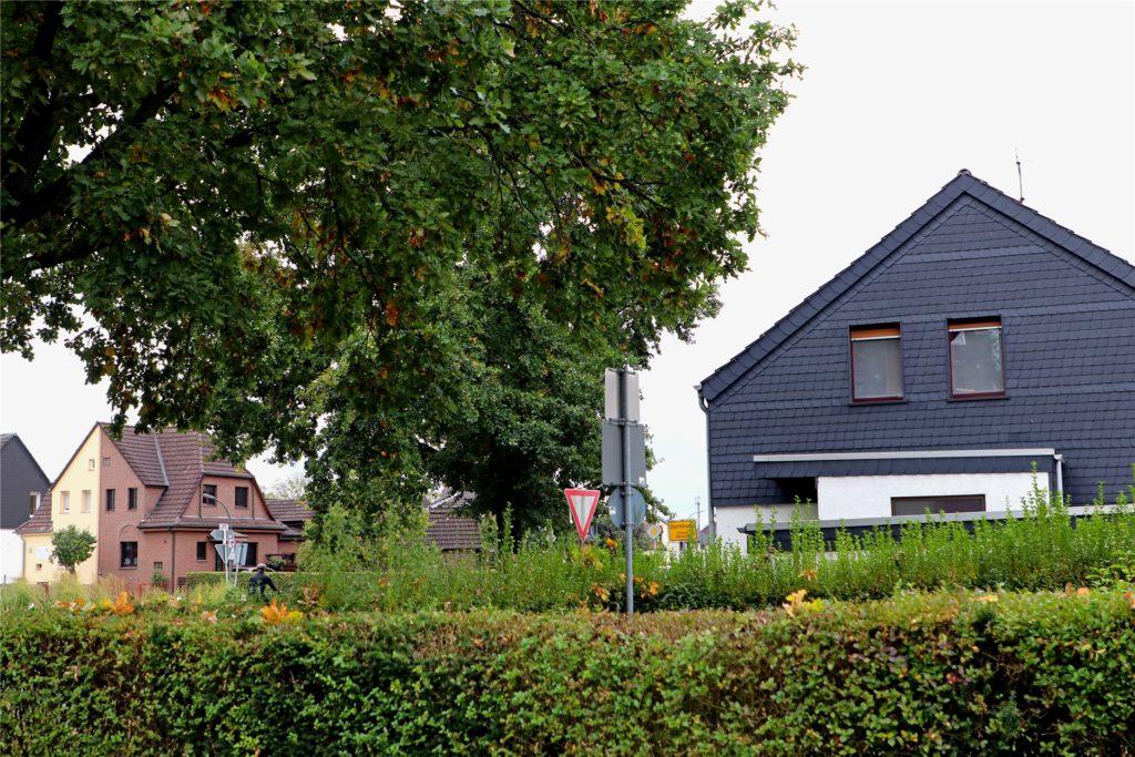 Das Haus der Familie Struck (rechts) befindet sich auf der östlichen Seite der Gudrunstraße, das zweifarbige Haus, in dem Hans Jürgen Nickel lebt, liegt auf der westlichen Seite. Die wenigen Meter Distanz zwischen den Gebäuden entscheiden über den Urlaub der Bewohner.