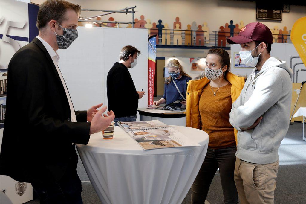 Timo Möllers und Nina Stegemann informierten sich bei Christian Weis am Stand der Massivhaus GmbH.