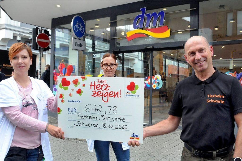 Filialleiterin Melanie Ertelt (v.l.) und ihre Assistentin Daniela Matzen übergaben den Spendenscheck aus der dm-Aktion