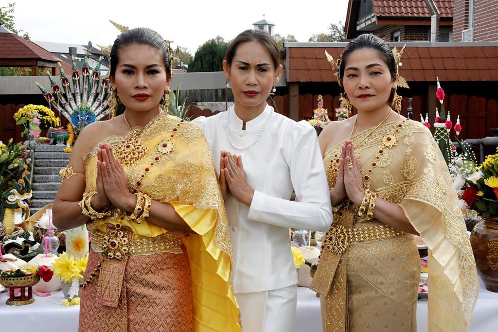 Pranee Henze (Mitte) begrüßte viele Gäste aus der thailändisch-buddhistischen Gemeinschaft.