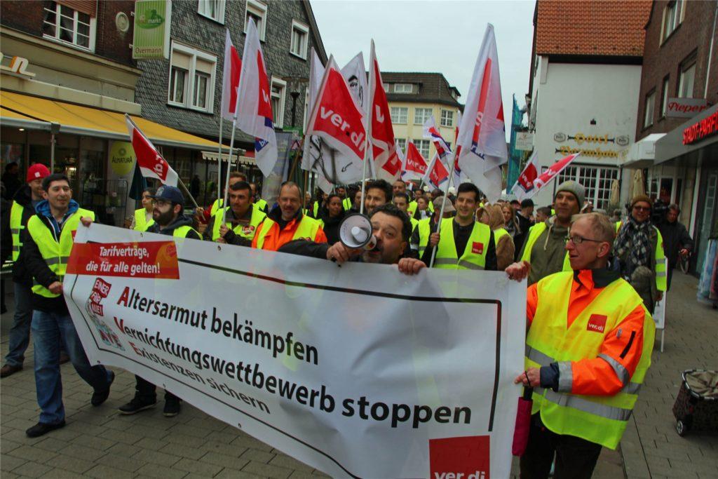 Etwa 150 Demonstranten folgten im April 2017 dem Aufruf der Gewerkschaft Verdi und zogen in einem Protestzug durch die Innenstadt von Werne.