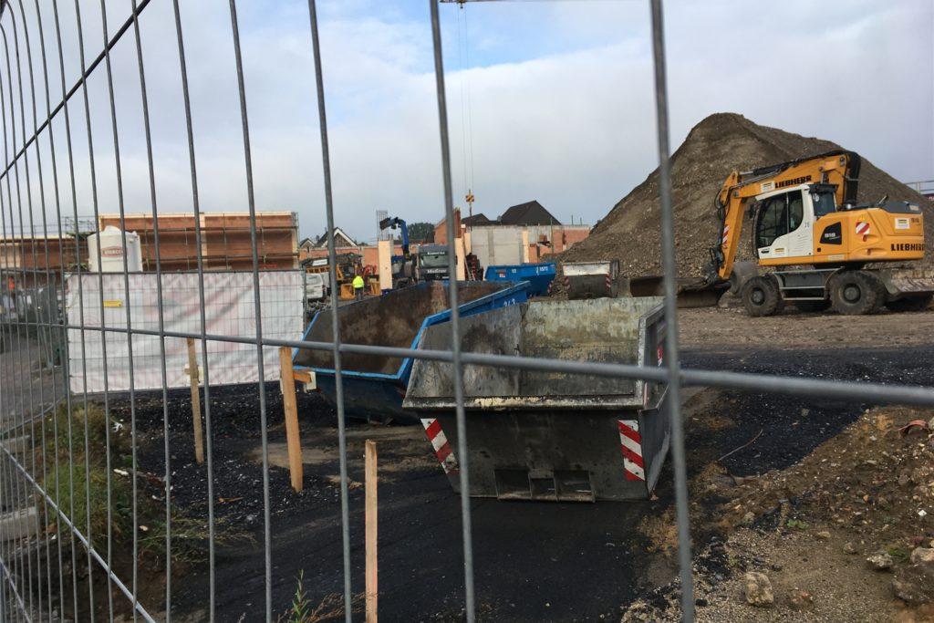 Im Frühjahr 2021 sollen die neuen Geschäfte an der Kreisstraße in Selm fertig gebaut sein.