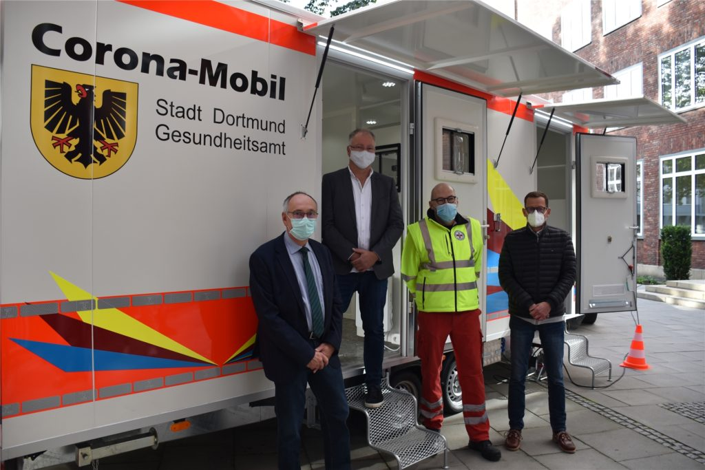 Dr. Frank Renken, Peter Schroeter, Peter Hill und Rötger Dahm präsentieren das für die Region einzigartige Corona-Mobil.