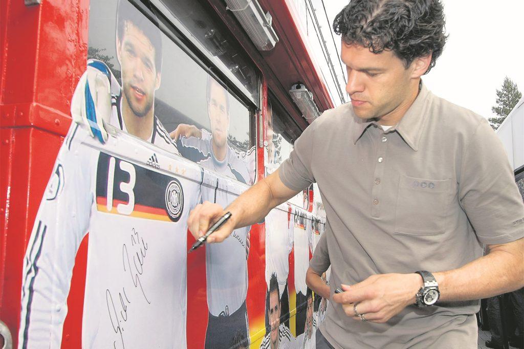 Das Sportcentrum Kaiserau ist immer wieder bundesweit in den Schlagzeilen, wenn die Nationalmannschaft oder bekannte Spitzenverein kommen. Hier unterzeichnet Michael Ballack, damals Nationalspieler, auf dem Bus des DFB.