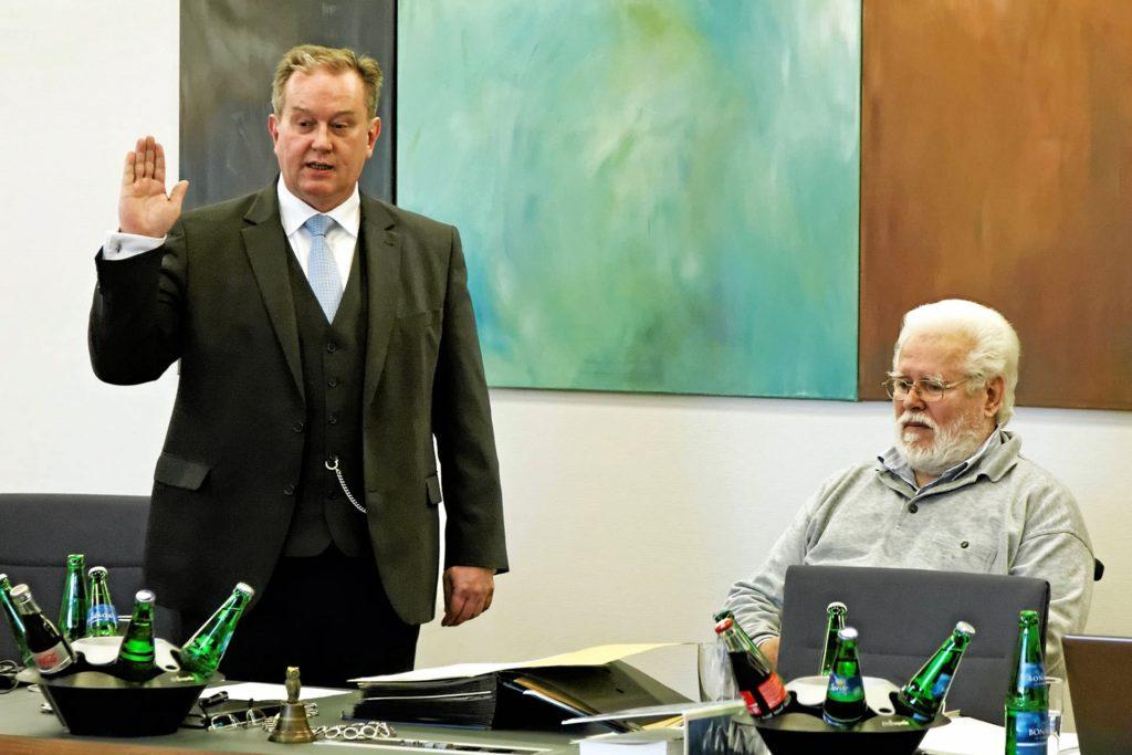 Bürgermeister Christian Vedder im Sommer 2014 bei der Vereidigung für seine zweite Amtszeit. Daneben Ratsmitglied Josef Schleif.