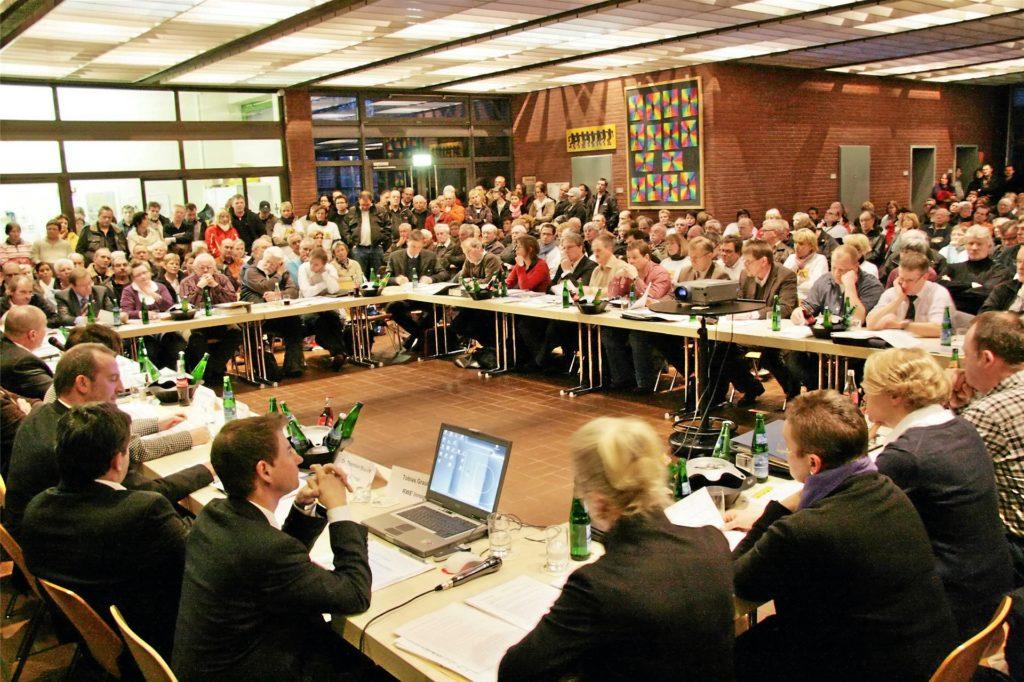 Volles Haus bei der Ratssitzung: In die Aula der Roncallischule wich der Rat aus, weil die Proteste gegen eine geplante Biogasanlage auf Güllebasis angekündigt waren. 300 Zuhörer kamen.