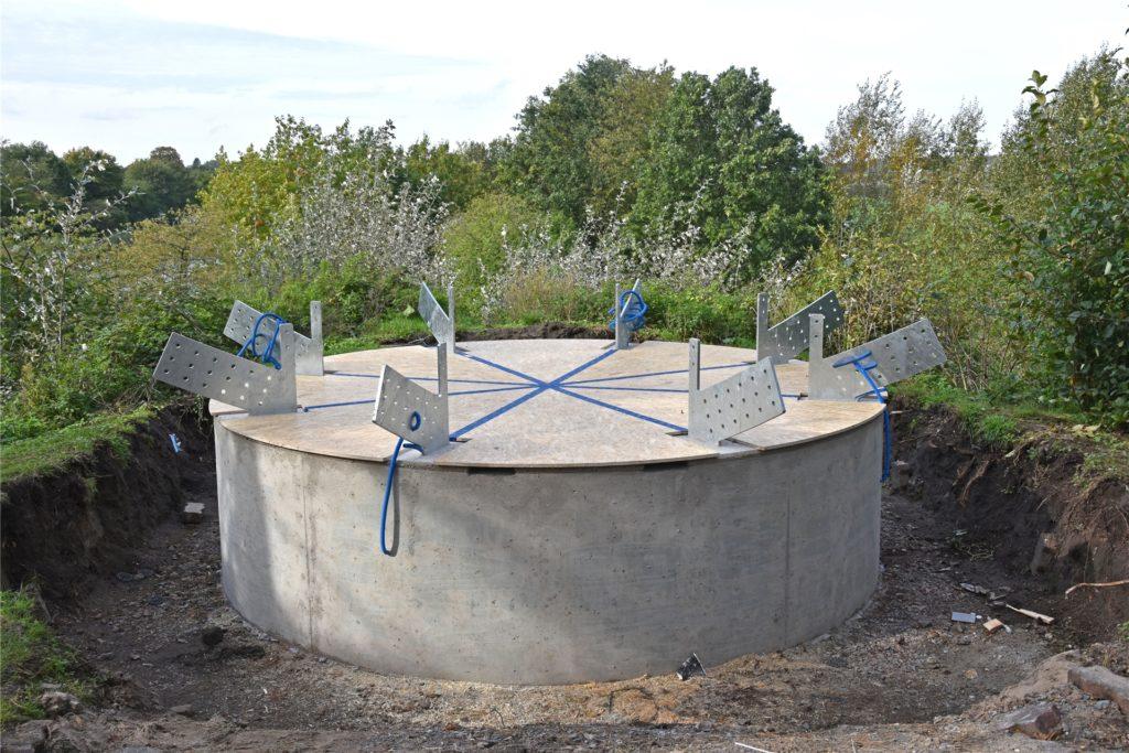 Das Betonpodest muss noch aushärten, bevor die Konstruktion aufgebaut werden kann.