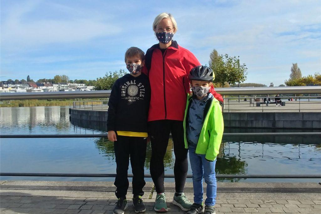 Kaija Höppner mit ihren Söhnen Oskar (9, l.) und Titus (6, r.). Sie fände eine erneute Einführung der Einbahnstraßen-Regelung