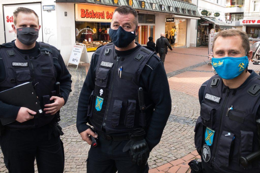 Hendrik Fadenhauer, Christian Stallmann und Denis Knopp (v.l.). vom Ordnungsamt Castrop-Rauxel haben am Dienstag die Einhaltung der Maskenpflicht in der Fußgängerzone kontrolliert.