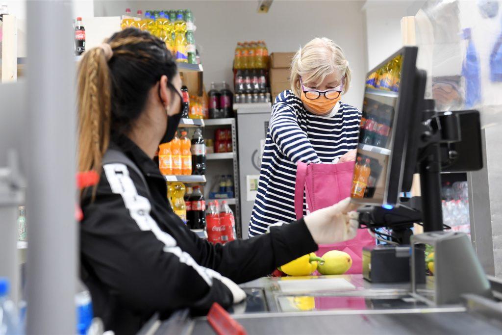 Die Supermärkte im Dortmunder Westen setzen vor allem auf Maskenpflicht und Abstand halten. An den Kassen kommen weiterhin Plexiglas-Trennwände zum Einsatz. (Symbolbild)