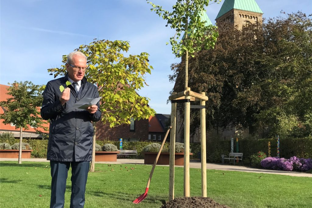 Bürgermeister Friedhelm Kleweken las im Dahliengarten Goethes Gingko-Gedicht vor.