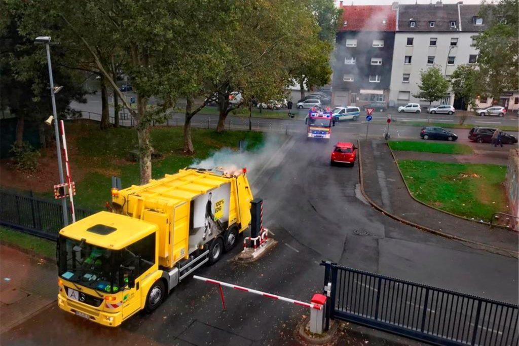Der Müllwagen fährt auf die Feuerwache, das Löschfahrzeug hinterher