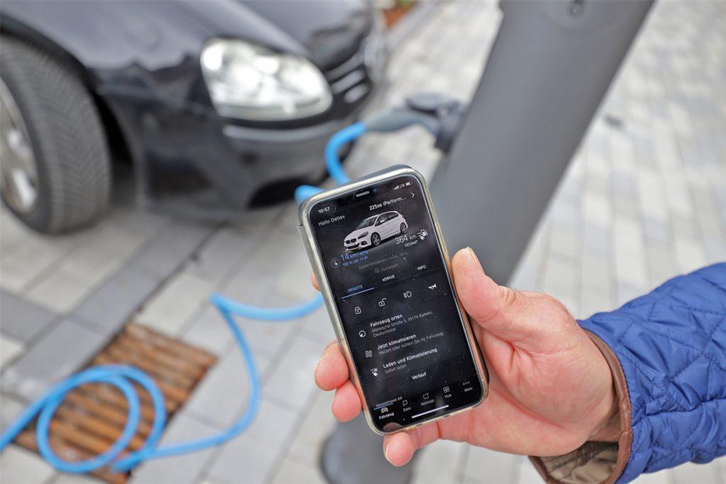 Mit einer App kann Piepenbrock den Ladezustand seines Autos überwachen. Eine halbe Stunde benötigt er jetzt noch, bis der Akku voll geladen ist.