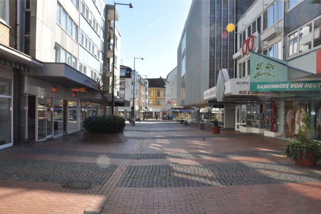 Die Münsterstraße in der Castrop-Rauxeler Innenstadt war im März in Corona-Zeiten wie leergefegt. Die Einzelhändler hielten ihre Geschäfte geschlossen.
