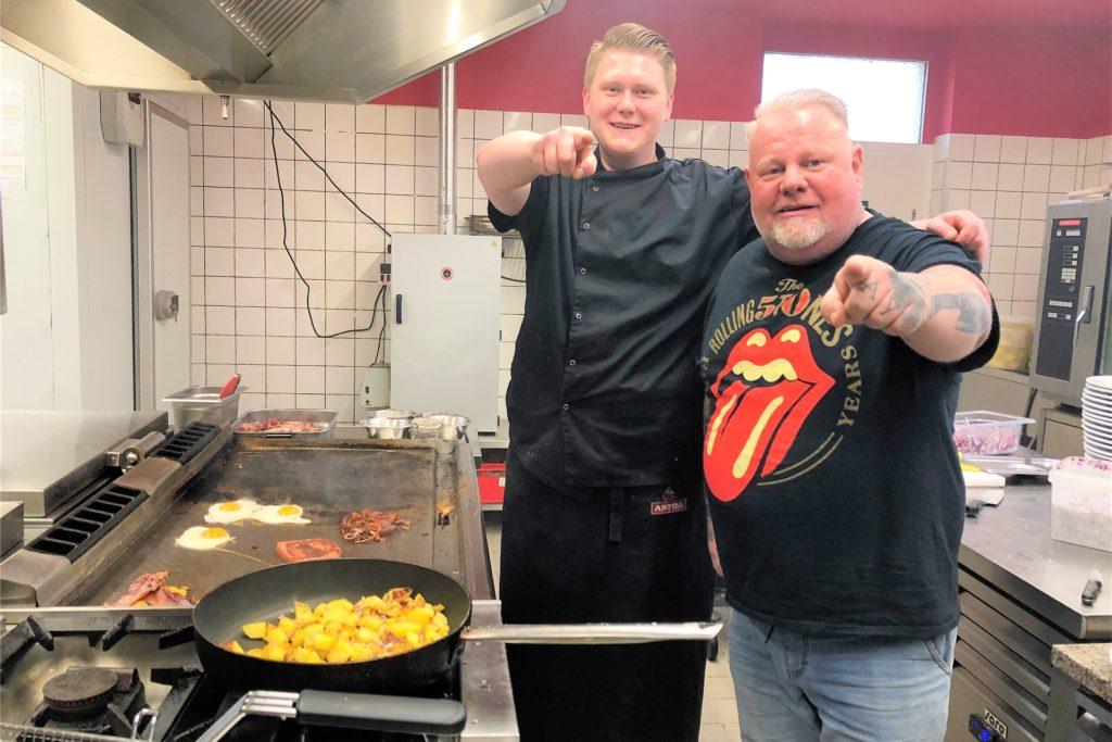 """Kay Fräder (r.) von """"Friedchens Bahnhof"""" (hier mit Koch Joshua Meesters)  will einen Teil des Biergartens überdachen, damit sich seine Gäste auch im Winter draußen aufhalten können."""