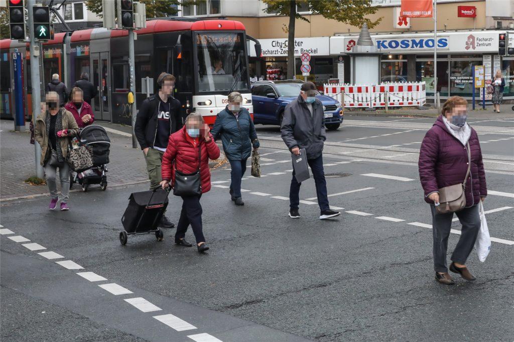 In Brackel laufen viele Menschen auf der Straße mit einem Mund-Nasenschutz herum