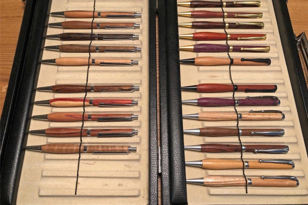 Kugelschreiber aus unterschiedlichen Holzarten und in unterschiedlichen Formen gehören auch zur Palette des kreativen Schaffens von Johannes Lammers.