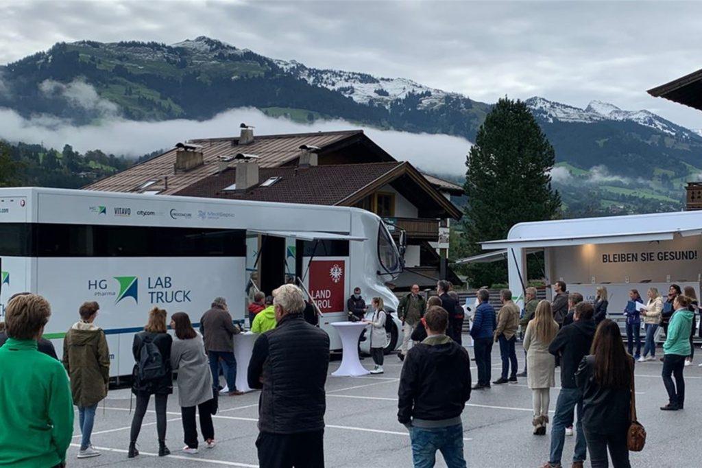 In Tirol ist das Coronavirus-Testlabor auf Rädern unterwegs. Indem das Labor, wie hier in Kitzbühel, direkt zu den Bürgern kommt, soll die Zahl der Tests gesteigert und die Geschwindigkeit der Auswertung erhöht werden. Möglich sind rund 4000 Tests pro Tag.
