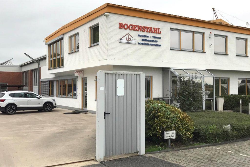 Rechts vom Bürogebäude des Bauunternehmens Bogenstahl soll als erstes vergrößert werden.