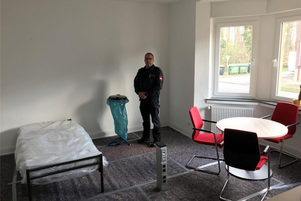 Edgar Machoczek ist Wachabteilungsleiter der Werkfeuerwehr bei Rütgers. Er zeigt uns das Isolierzimmer:
