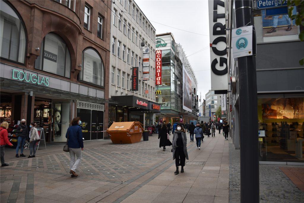 Etwa groß wie ein DINA4-Zettel und zwei Meter hoch hängen die Hinweisschilder in der City.