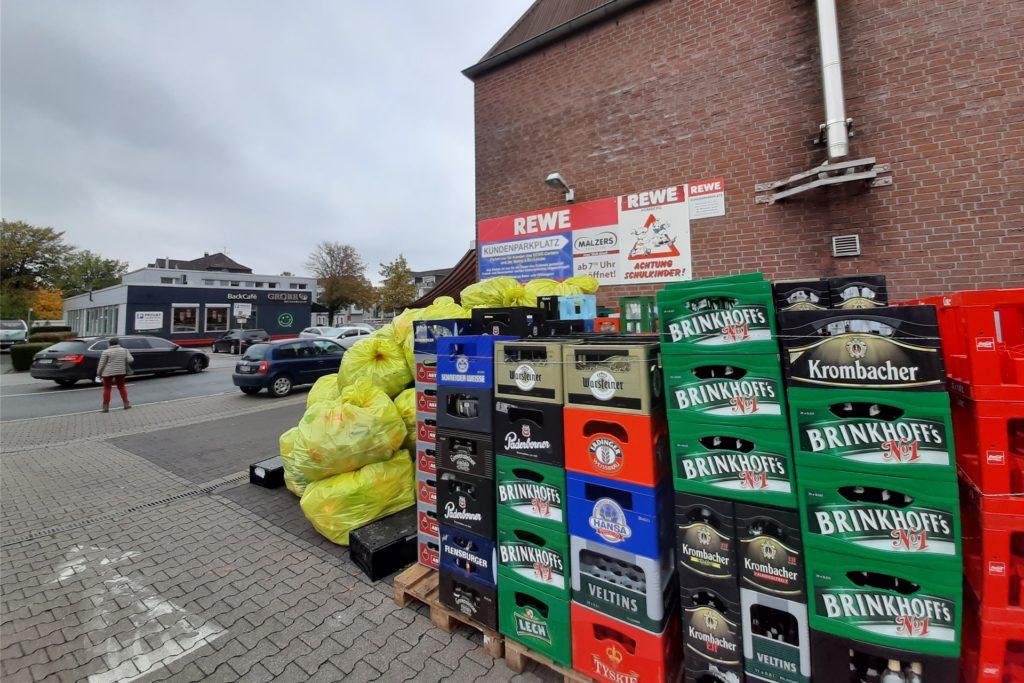 Zwischen Getränke- und Supermarkt stapeln sich die Getränkekisten.
