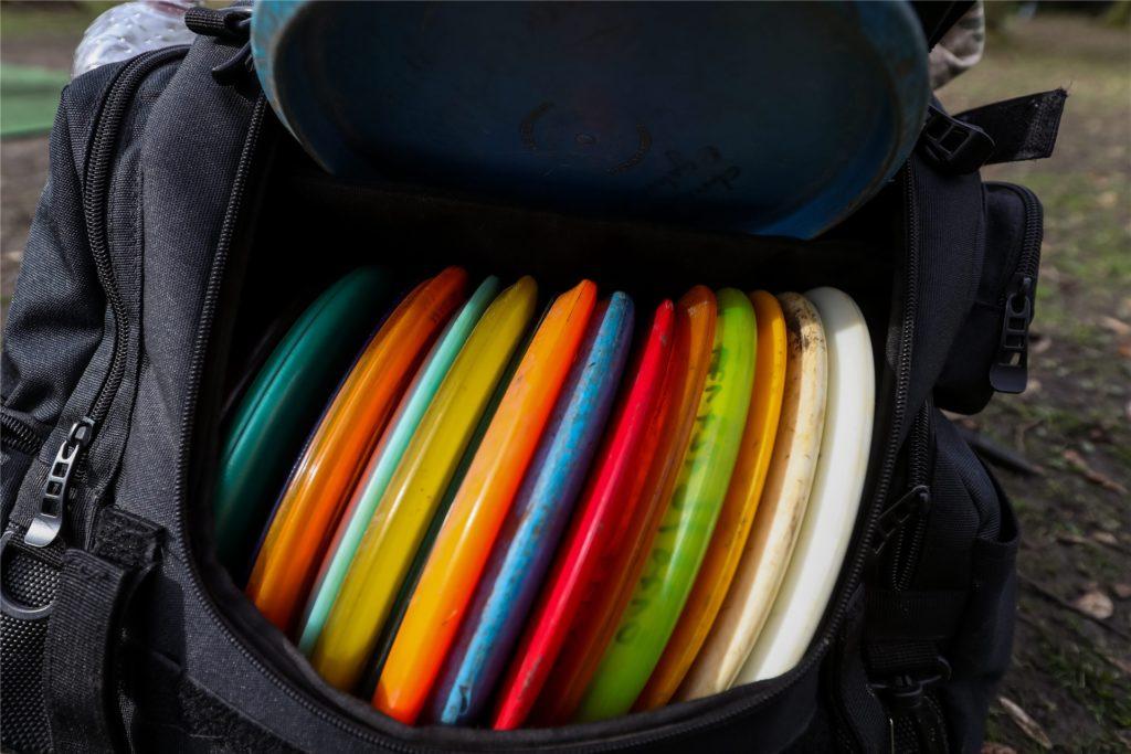 Die Frisbees gibt es in vielen verschiedenen Farben. Auch die Form ist zum Teil etwas unterschiedlich.