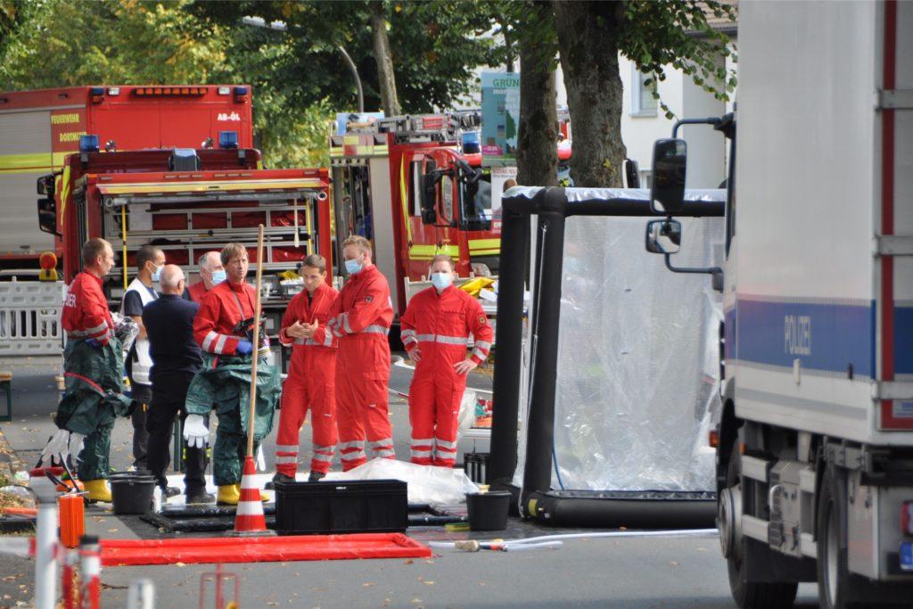 Die Dortmunder Feuerwehr war mit einer ABC-Spezialeinheit vor Ort, die bei atomaren, biologischen und chemischen Gefahrenstoffen hinzugezogen wird. Die Spezialeinheit richtete einen Dekontaminationsplatz ein.