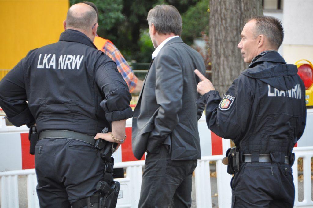 Spezialisten der Tatortgruppe Sprengstoff des Landeskriminalamtes NRW unterstützten die Dortmunder Polizei bei der Durchsuchung.
