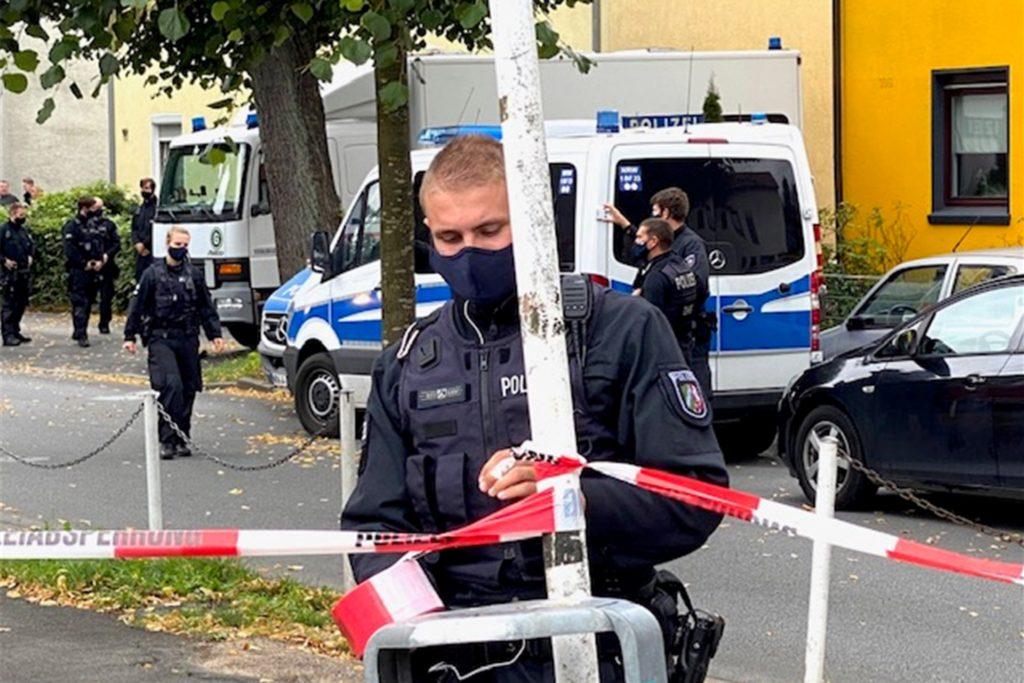 Die Polizei sperrte die Straße während der Durchsuchung tagsüber immer wieder ab.