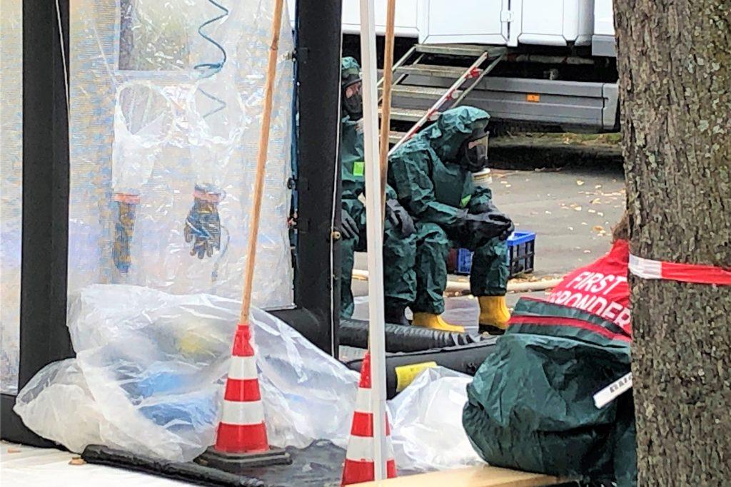 Einsatzkräfte der Feuerwehr in Schutzanzügen: Die Spezialeinheiten der Feuerwehr wurden gerufen, weil in der Wohnung in der Volksgartenstraße auch chemische Substanzen gefunden worden waren.