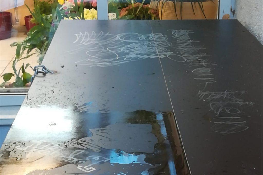 Regelmäßig sieht sich der Café-Inhaber im Kreuzviertel von Vandalismus betroffen. Auch beschmierte Tische gehören zum Ärgernis.