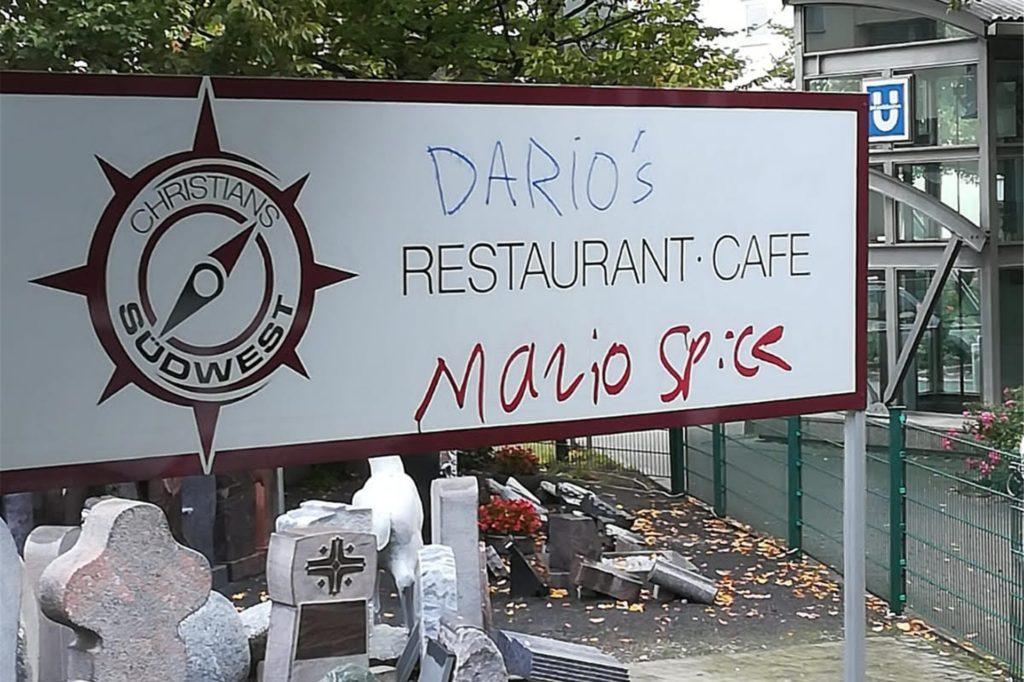Auch das Eingangsschild des Cafés blieb nicht von den Schmierereien verschont.