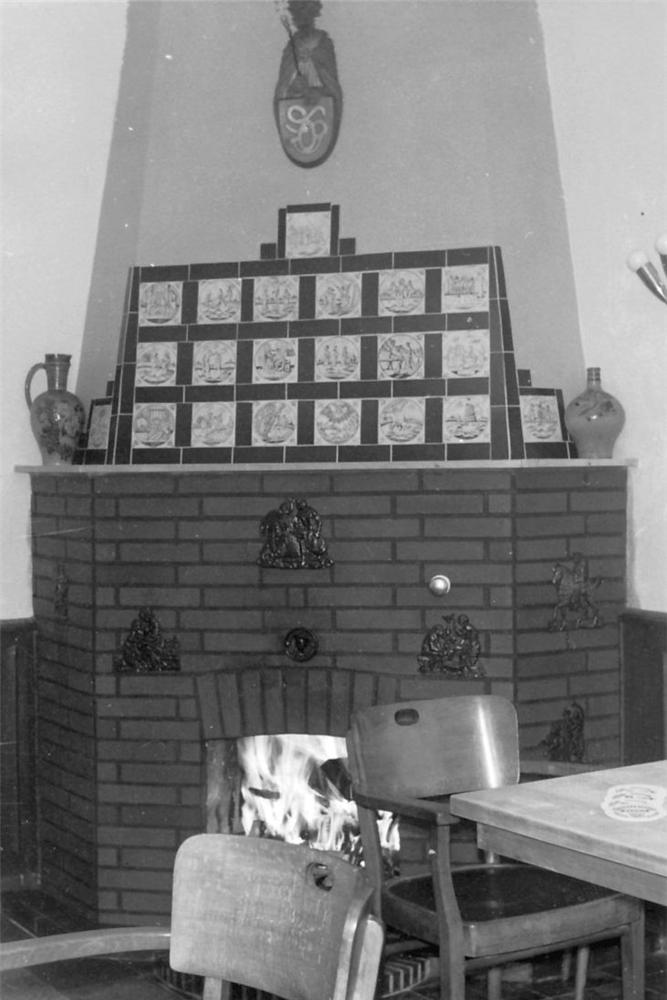 Im Kaminzimmer wurden Schmuddelfilme gezeigt.