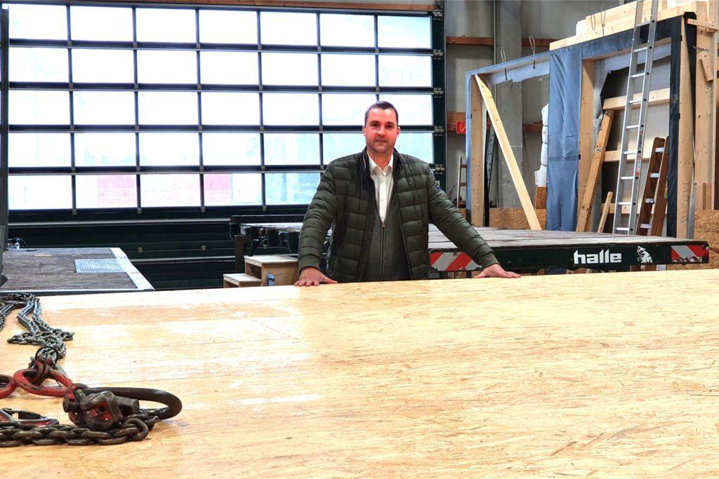 Die Modulbauweise ist bei den Kunden immer mehr gefragt. Riesige Holzmodule werden in den Hallen gefertigt und dann per Schwertransport zur Baustelle gebracht.